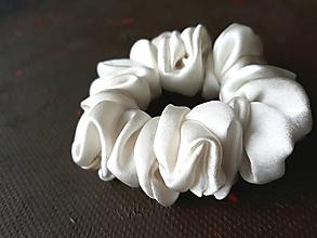 Ozdoby do vlasov - Hodvábna gumička do vlasov aj na ruku-Krémovo biela - 12960109_