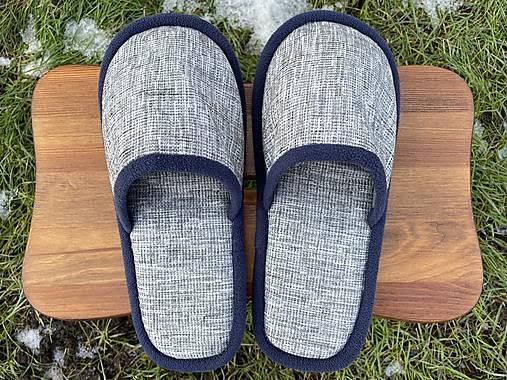 Šedé papuče s tmavomodrým lemom