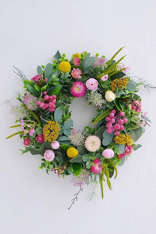 Dekorácie - Veniec na dvere eukalyptový s ružovými slamienkami - 12958692_