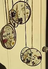 Dekorácie - Závesné dekorácie s lúčnymi kvetmi  (12 cm ovál) - 12958618_