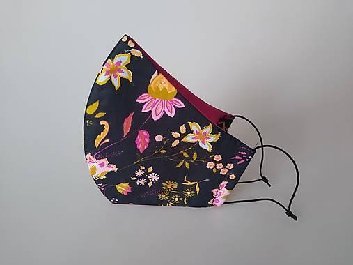 Dizajnové rúško ružové kvety na čiernej tvarované dvojvrstvové