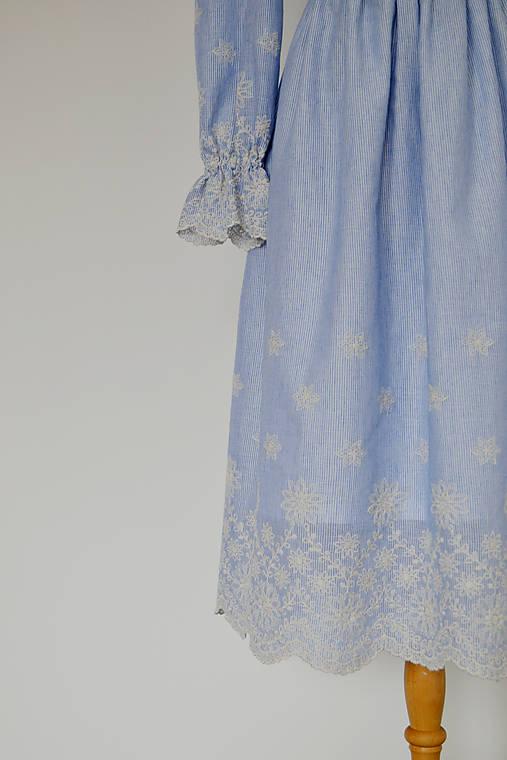 Bavlnené prúžkované šaty s riasenou sukňou s bordúrou