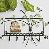 Nábytok - jarný rozkvitnutý vešiak s domčekom - 12976609_