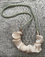 Náhrdelníky - Krémový satén na zelenkavém laně - 12975285_