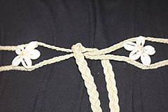 Dekorácie - Mušličkový macramé opasok s košíkom z morskej trávy - 12981270_