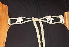 Dekorácie - Mušličkový macramé opasok s košíkom z morskej trávy - 12981272_