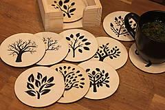 Sada 10-tich drevených ručne maľovaných podšálok v borovicom stojane