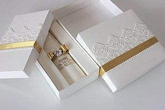 Svietidlá a sviečky - Sada krstná svieca a krabička na košieľku zlatá - 12997956_