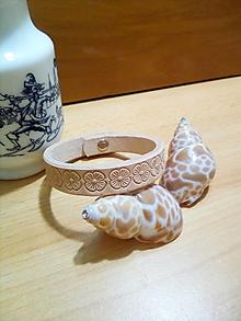Náramky - Kožený náramok - béžový, zdobený kvetmi - 13003056_