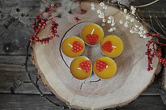 Svietidlá a sviečky - VČELIE čajové sviečky so srdiečkom - 13015309_