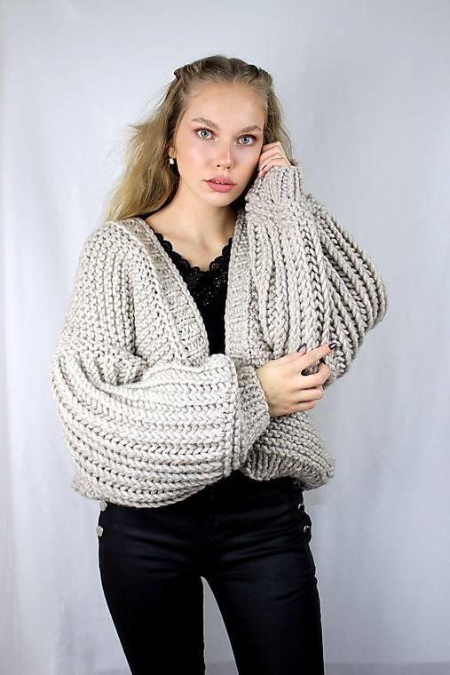 Svetre/Pulóvre - Dámsky sveter s mohutnými rukávmi  - 13024223_