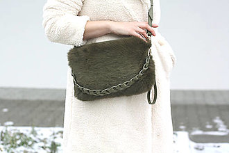 Kabelky - Koženo-kožušinová kabelka- OLIVE GREEN - 13029368_
