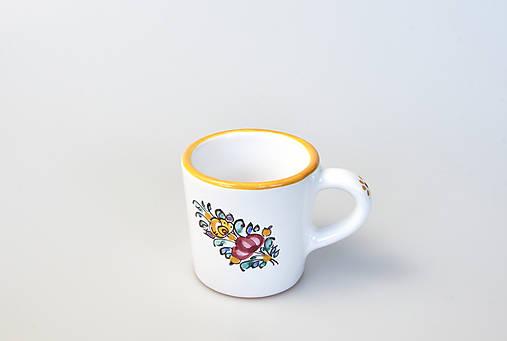 Šálka kávová so žltým lemom