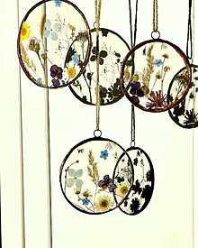 Dekorácie - Závesná dekorácia s lúčnymi kvetmi - 13042400_