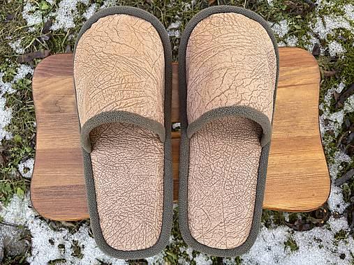 Hnedé vzorované papuče