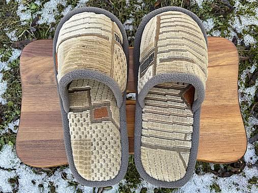 Béžové papuče so vzorom a šedým lemom