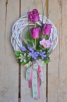 Dekorácie - Jarný veniec s fialovými tulipánmi II. - 13056744_
