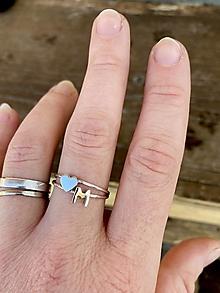 Prstene - Strieborný prsteň so srdiečkom a iniciálou - 13054430_