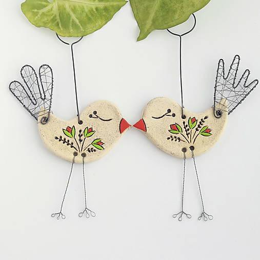 Dekorácie - jarný vtáčik s kvetmi - 13067557_