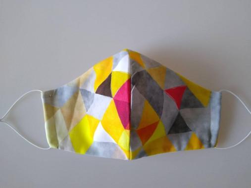 Dizajnové rúško trojuholníky žlté prémiová bavlna antibakteriálne s časticami striebra dvojvrstvové tvarované