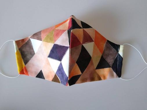 Dizajnové rúško trojuholníky hnedé prémiová bavlna antibakteriálne s časticami striebra dvojvrstvové tvarované