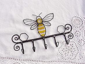 Nábytok - včela....vešiak na kľúče - 13083617_
