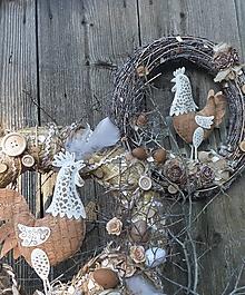 Dekorácie - Veľkonočný veniec so sliepočkou - 13087762_