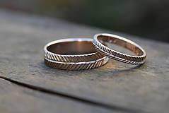 Prstene - Dva snubné v zlate s textúrou - 13086946_