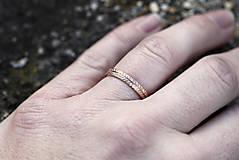 Prstene - Dva snubné v zlate s textúrou - 13086948_