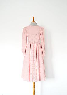 Šaty - Kvietkované madeirové šaty s riasenou sukňou (ružová) - 13095043_