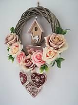 Dekorácie - Jarný veniec s domčekom s vtáčikom, šitými folk srdiečkami - 13099364_