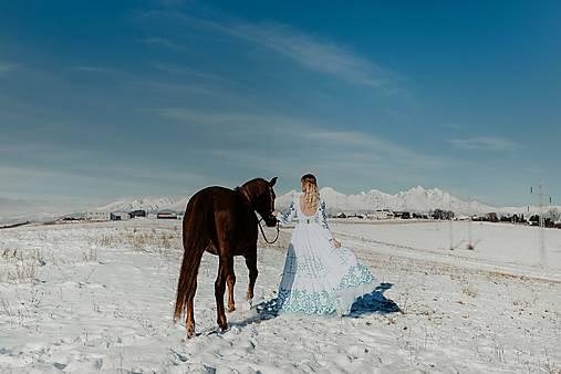 bielo modré vyšívané šaty Očovianka