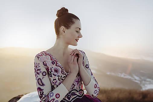 bežovo fialové plisované šaty Očovianka
