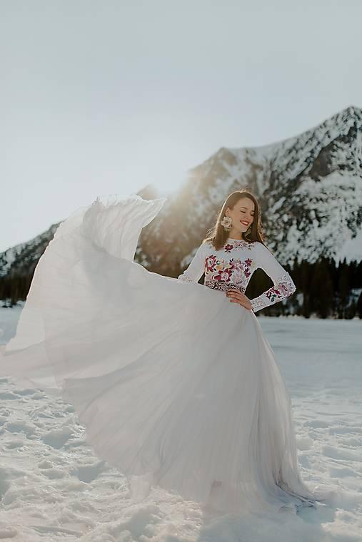 biele plisované šaty Očovianka
