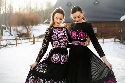 čierne plisované šaty Očovianka