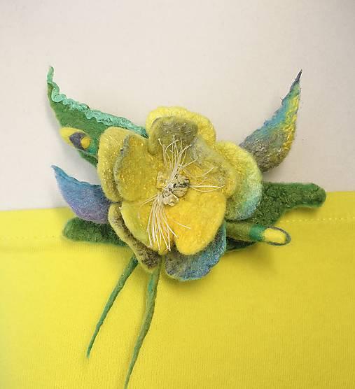 Brošňa jarný kvet sivo žltá
