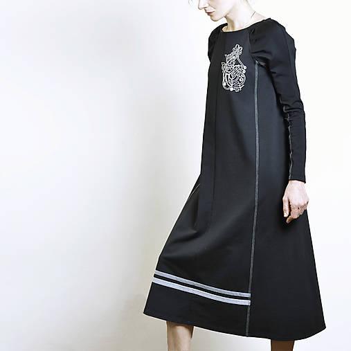 Šaty - Šaty s dlhými rukávmi s vyšívanou chimérou - 13123216_