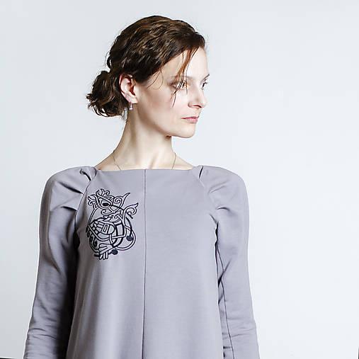 Šaty - Šaty s dlhými rukávmi s vyšívanou chimérou (šedo-fialové) - 13124444_