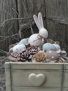 Dekorácie - Veľkonočná dekorácia so zajačikom v drevenej zásuvke - 13135012_