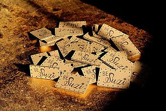 Materiál ručne robený - Koženkové štítky s vlastným logom (Béžová) - 13138626_