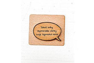 Brošne - Drevený odznak – Dobré knihy neprezradia všetky svoje tajomstvá naraz - 13145571_