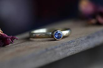 Prstene - Kovaný v zlate s modrým zafírom - 13150962_