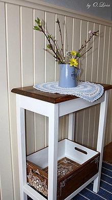 Nábytok - Odkladací stolík s čipkovanou debničkou - 13151623_