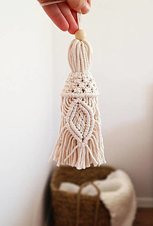 Dekorácie - Makramé pletený strapec (Biela) - 13168313_
