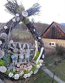 Dekorácie - Veľkonočná závesná dekorácia z brezového prútia so zajačikmi - 13178986_