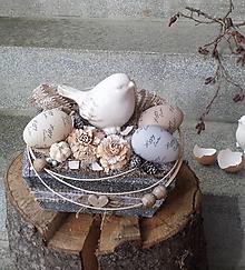 Dekorácie - Veľkonočná dekorácia v drevenej bedničke s vtáčikom - 13182655_