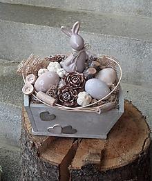 Dekorácie - Veľkonočná dekorácia so zajačikom v bedničke - 13182693_