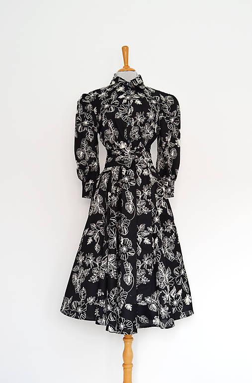 Čierne košeľové šaty s vyšívaným kvetovaným dezénom