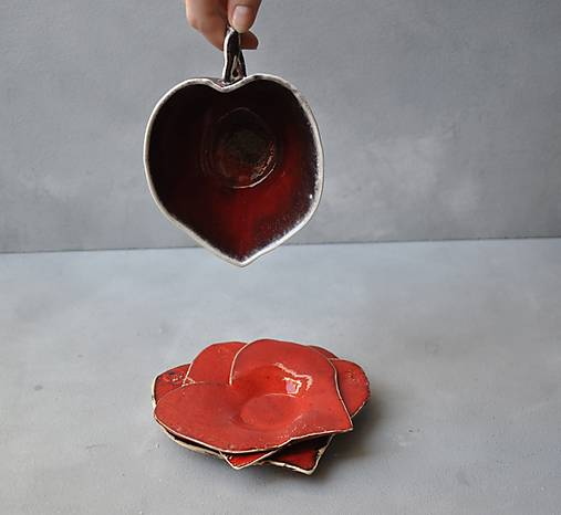 tanierik srdce červené