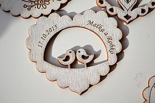 Svadobná drevená magnetka (srdce a holubky biela)
